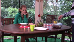 Diner met kaars in arbour Het meisje wacht op mens gebakken voedsel Stock Foto's
