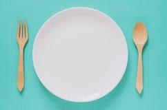 Diner minimaal concept als achtergrond Hoogste mening van lege witte plaat Stock Afbeeldingen
