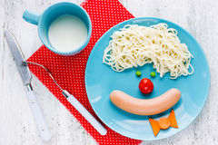 Diner of ontbijt voor jonge geitjes - spaghetti met worst en vegeta stock foto