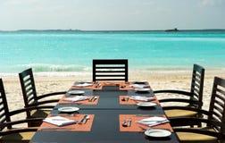 Diner op exotisch strand stock afbeelding