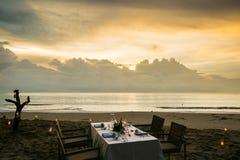 diner op het strand met zonsondergang royalty-vrije stock afbeelding