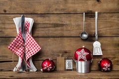 Diner op Kerstmisvooravond Oude houten achtergrond met rode witte CH royalty-vrije stock afbeeldingen
