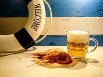 Diner van de zeeman, het bier en de gekookte rivierkreeften stock foto's