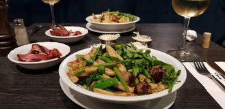Diner voor twee in het Italiaans restaurant stock foto