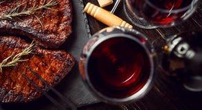 Diner voor twee met lapjes vlees en rode wijn royalty-vrije stock afbeelding