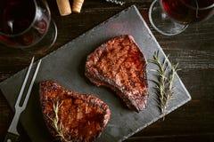 Diner voor twee met lapjes vlees en rode wijn royalty-vrije stock foto's