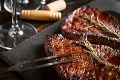 Diner voor twee met lapjes vlees en rode wijn stock fotografie