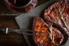 Diner voor twee met lapjes vlees en rode wijn stock foto's