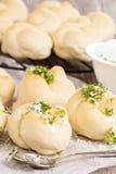 Dinerbroodjes met parmezaanse kaas en knoflook stock foto