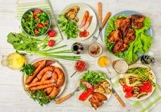 Dinerlijst met verscheidenheidsvoedsel Royalty-vrije Stock Foto's