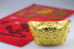 Dinero afortunado del oro y del paquete rojo Fotografía de archivo libre de regalías
