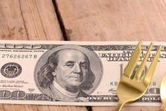 Dinero americano en la placa de madera Imágenes de archivo libres de regalías