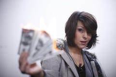 Dinero ardiente de la mujer atractiva imágenes de archivo libres de regalías