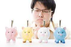 Dinero asiático del ahorro del hombre de negocios Imágenes de archivo libres de regalías