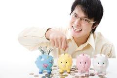 Dinero asiático del ahorro del hombre de negocios Fotografía de archivo libre de regalías