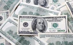 Dinero - billetes de dólar de la moneda ciento de los E.E.U.U. Imágenes de archivo libres de regalías