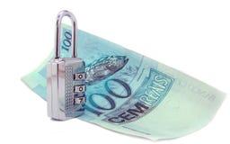 dinero brasileño verdadero 100 y candado cerrado Imágenes de archivo libres de regalías