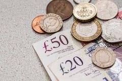 Dinero británico - moneda y billete de banco imagenes de archivo