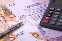 Dinero, calculadora, gráfico y pluma Foto de archivo libre de regalías