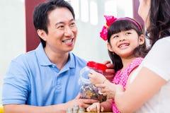 Dinero chino del ahorro de la familia para el fondo de la universidad Fotos de archivo libres de regalías