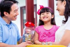 Dinero chino del ahorro de la familia para el fondo de la universidad imagen de archivo