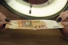 Dinero comprobado para la autenticidad imagenes de archivo