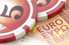 Dinero con las fichas de póker Fotografía de archivo libre de regalías
