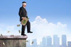 Dinero con los ojos vendados del hombre del plan del éxito del riesgo financiero Imagen de archivo libre de regalías