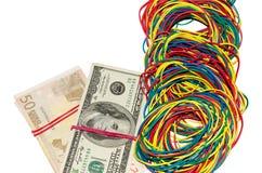 Dinero conectado por una banda elástica Foto de archivo libre de regalías