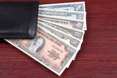 Dinero cubano viejo en la cartera negra
