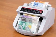 Dinero de Kirguistán en una máquina de cuenta foto de archivo