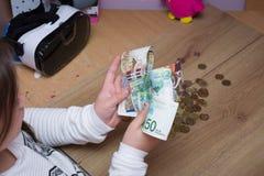 Dinero de la cuenta de la colegiala Imagen de archivo