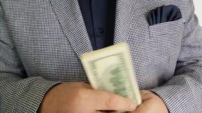 Dinero de la cuenta de las manos del ` s del hombre almacen de video