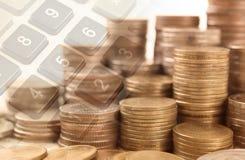 dinero de la moneda de la pila con finanzas de la calculadora del botón y conce de las actividades bancarias Imagenes de archivo
