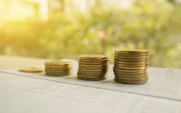 Dinero de la moneda de la pila con finanzas del libro de cuentas y concepto de las actividades bancarias imagen de archivo libre de regalías