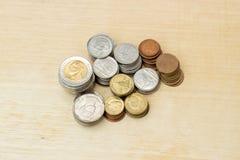 Dinero de la moneda del baht tailandés del grupo en la madera contrachapada Fotos de archivo libres de regalías