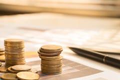 Dinero de la moneda de la pila con finanzas del informe Fotografía de archivo