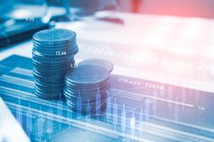 Dinero de la moneda de la pila con finanzas y actividades bancarias del informe Fotos de archivo