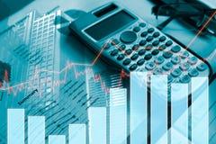 Dinero de la moneda de la pila con finanzas y actividades bancarias del informe Imagenes de archivo
