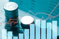 Dinero de la moneda de la pila con finanzas y actividades bancarias del informe Imagen de archivo libre de regalías