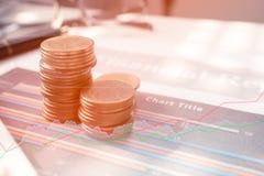 Dinero de la moneda de la pila con finanzas y actividades bancarias del informe con beneficio Fotos de archivo