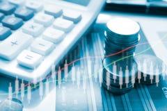 Dinero de la moneda de la pila con finanzas y actividades bancarias del informe con el gráfico de beneficio Imagenes de archivo