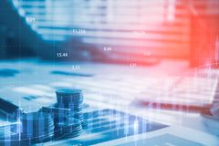 Dinero de la moneda de la pila con finanzas y actividades bancarias del informe con el gráfico de beneficio Foto de archivo libre de regalías