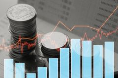 Dinero de la moneda de la pila con finanzas y actividades bancarias del informe con el gráfico de beneficio Imagen de archivo
