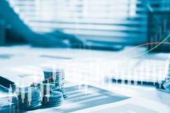 Dinero de la moneda de la pila con finanzas y actividades bancarias del informe con el gráfico de beneficio de la acción Imagen de archivo