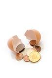 Dinero de la toma de la cáscara de huevo fotos de archivo libres de regalías