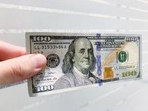 Dinero de las finanzas Hombre que lleva a cabo cientos billetes de d?lar fotos de archivo