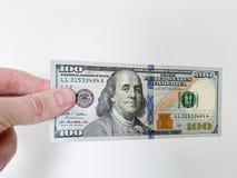 Dinero de las finanzas Hombre que lleva a cabo cientos billetes de d?lar fotos de archivo libres de regalías