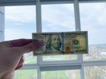 Dinero de las finanzas Hombre que lleva a cabo cientos billetes de d?lar imagen de archivo