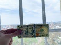 Dinero de las finanzas Hombre que lleva a cabo cientos billetes de d?lar imágenes de archivo libres de regalías